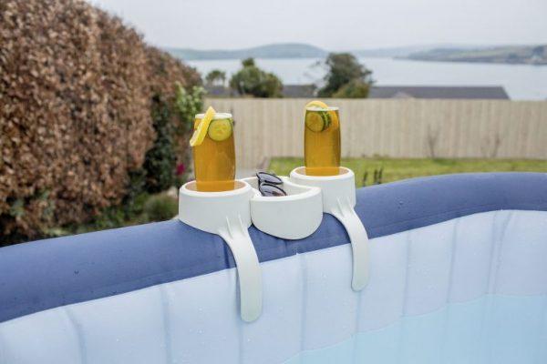 Porte-gobelet pour spas gonflables posé sur spa gonflable avec boissons et lunettes
