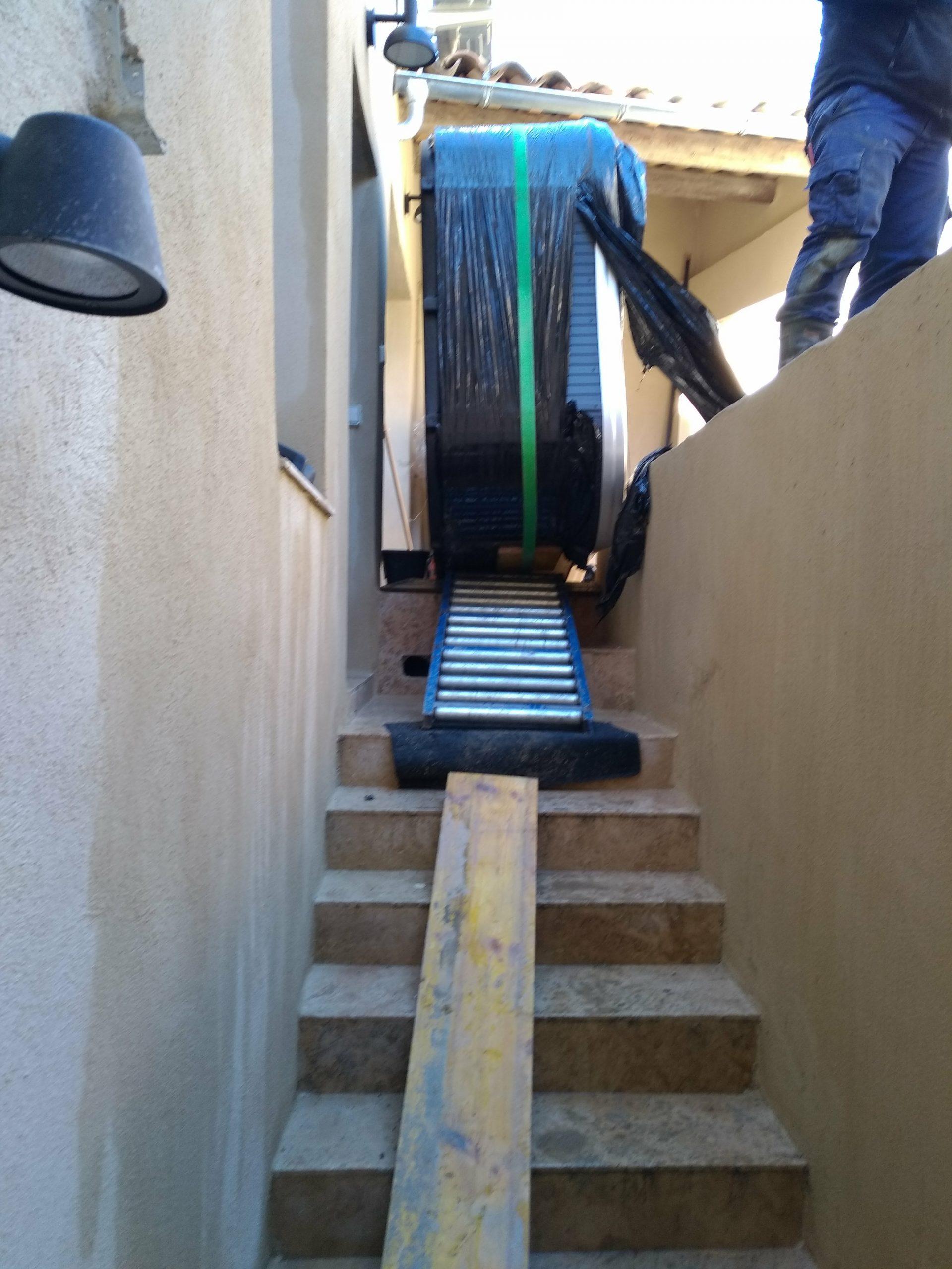 Installation difficile d'un spa dans un passage étroit