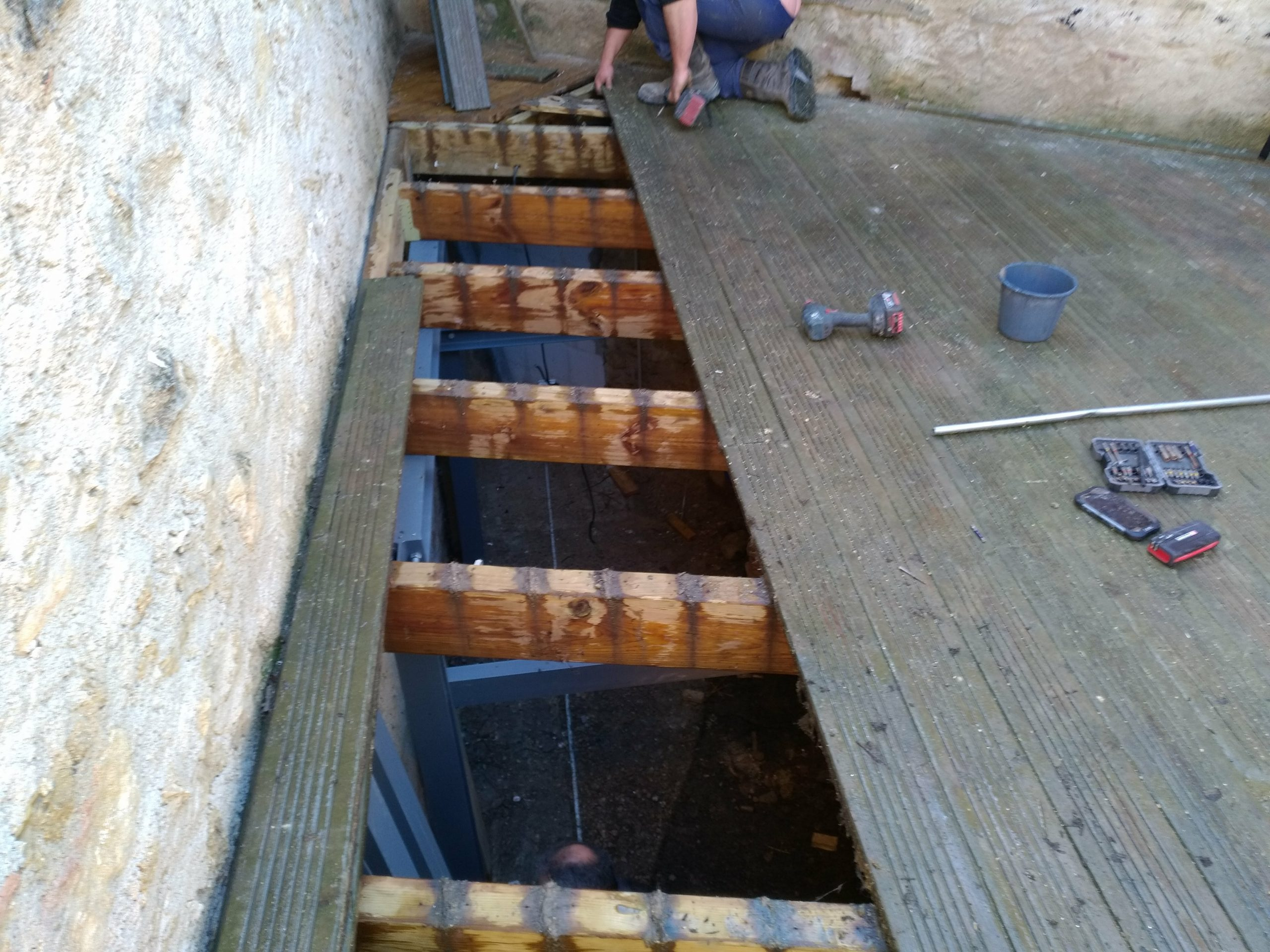 Bois d'une terrasse enlevés pour installation d'un spa à encastrer